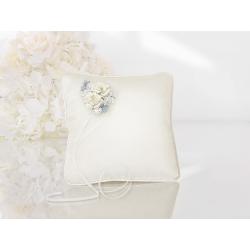 Coussin d'alliance satin blanc, ruban blanc et fleurs pastel coin haut gauche
