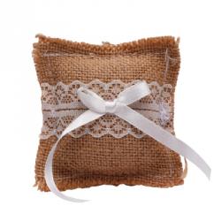 Coussin d'alliance avec ruban en satin et fleurs en blanc
